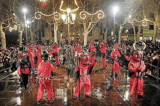 Miles de personas disfrutaron de las tradiciones de la 'revetla' y del espectáculo piromusical.