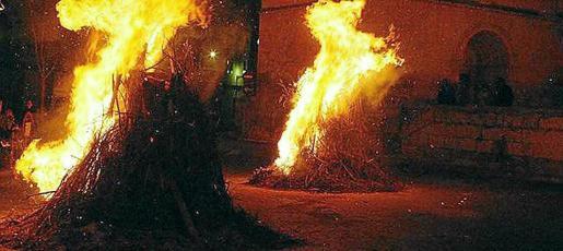 Una noche con más de 60 'foguerons' en Pollença.