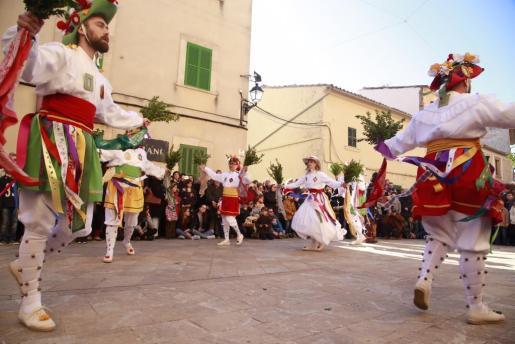 Los 'cossiers', durante su danza en Algaida.