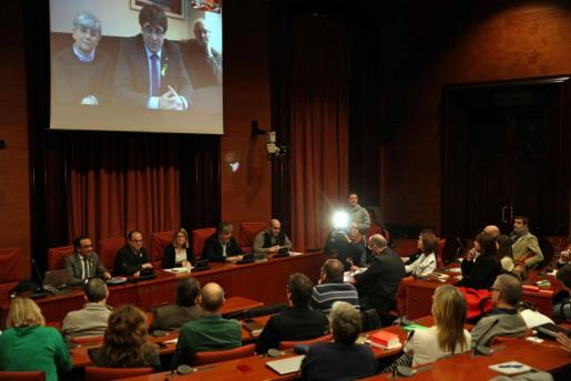 Los diputados electos Carles Puigdemont, Clara Pontasí y Lluís Puig, participaron telemáticamente desde Bruselas en la reunión celebrada en el Parlament por el grupo parlamentario de Junts per Catalunya.