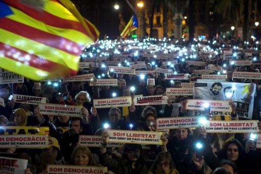 Simpatizantes de la ANC y Òmnium Cultural participan en la concentración en Barcelona para exigir la libertad de Jordi Sánchez y Jordi Cuixart.