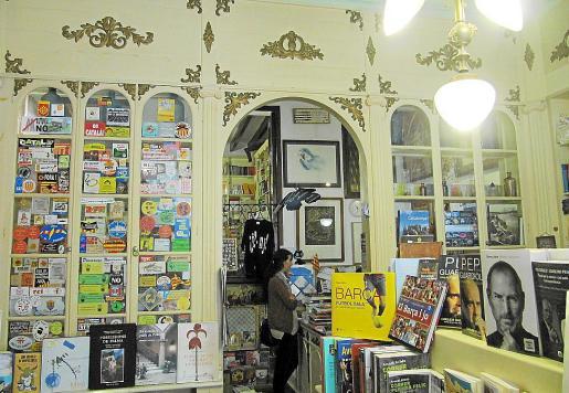 Interior de la librería Quart Creixent, ubicada en la calle Rubí de Ciutat.