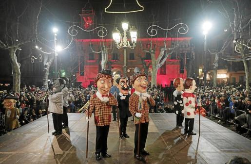 Baile de los 'caparrots' al son de 'Jo i un pastor' en la Plaça.