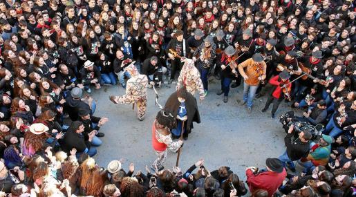 Los 'foguerons', las Completes y las canciones dedicadas al Sant protagonizaron una celebración seguida por miles de personas.