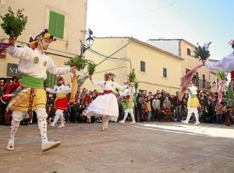 Los Cossiers brindan sus coloridas danzas al patrón Sant Honorat