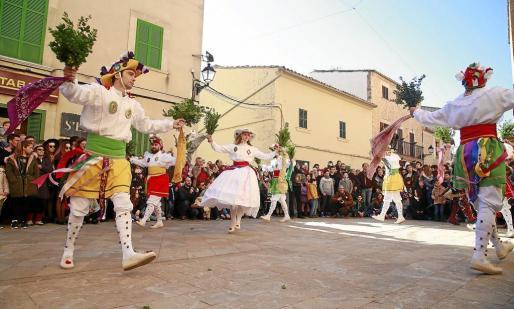 La placita de la iglesia volvió a acoger las danzas de los Cossiers en las que destacó Titoieta, baile en el que se da muerte al Dimoni, entre otras más tradicionales.