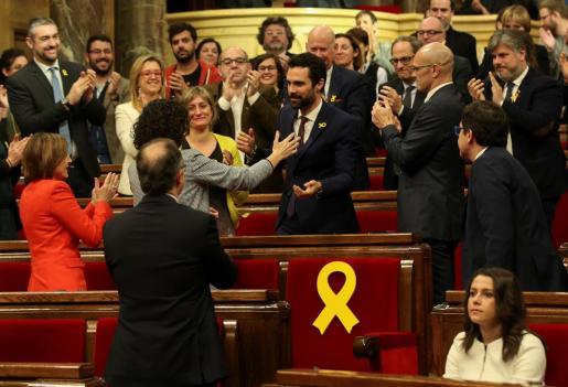 El diputado de ERC Roger Torrent, felicitado por sus compañeros de bancada tras ser designado nuevo presidente de la cámara catalana.