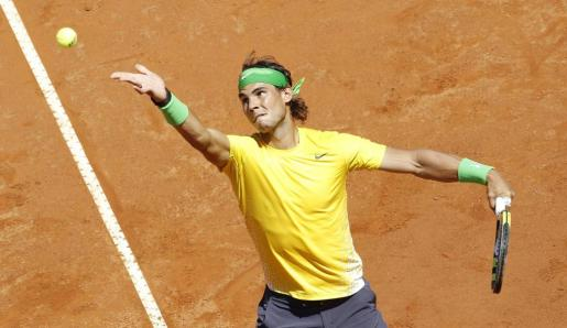 El español Rafael Nadal sirve ante el francés Richard Gasquet en la semifinal del Masters 1.000 de Roma.