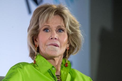 La actriz estadounidense Jane Fonda, con el labio inferior tapado por una venda.