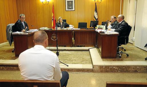Uno de los rumanos condenados por amenazar a un testigo, durante el juicio en Palma.
