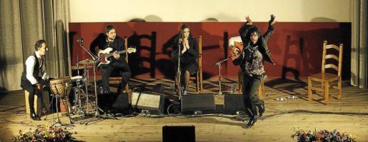 Un momento de la actuación de la ibicenca Mati Fernández y su equipo junto al bailaor Alejandro Rodríguez en el Cine Regio de Sant Antoni.
