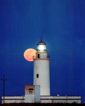 Fotografía que ilustra la portada del número 62 de la revista Eivissa del Institut d'Estudis Eivissencs. Se titula Lluna a la Mola y fue tomada por Ramon Tur el 16 de marzo de 2014.