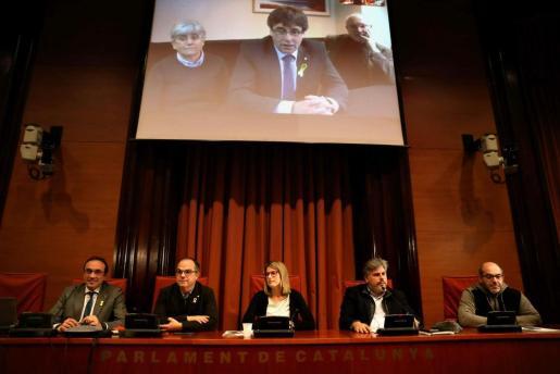Los diputados electos Carles Puigdemont, Clara Pontasí y Lluís Puig, participaron telemáticamente desde Bruselas en la reunión celebrada en el Parlament por el grupo parlamentario de Junts per Catalunya y presidida por Josep Rull, Jordi Turull, Elsa Artadi, Lluís Batet y LLuís Guinó.