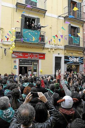 """El """"chupinasso"""" se dio desde el balcón del bar España, en la calle Oms, con el discurso que da inicio a la fiesta."""