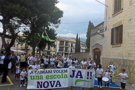 Manifestación a favor de la escuela de Caimari.