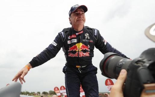 El español Carlos Sainz (Peugeot) celebra su friunfo al terminar el rally con más de 43 minutos de ventaja sobre el catarí Nasser Al-Attiyah (Toyota). La victoria de Sainz en este Dakar permite a la marca francesa Peugeot despedirse de la carrera con un triunfo tras haber anunciado que ya no volverá a participar en el rally el próximo año.