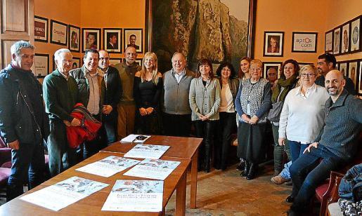 Entre otras muchas colaboraciones, el artista Joan Riera Ferrari fue el autor del diseño conmemorativo del 25 aniversario de la delegación del Grup Serra en Manacor que se celebró en abril de 2015. En la imagen, los amigos que han preparado el emotivo homenaje.