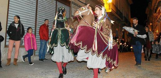 La tradicional procesión de los Cavallets fue seguida con una notable expectación por parte de los 'pollencins'.