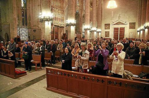 Fieles sin fronteras. Más de un centenar de personas acudieron a la misa de ayer por la tarde. Entre ellas había parejas de los países nórdicos, que acudieron al acto junto a sus hijos.