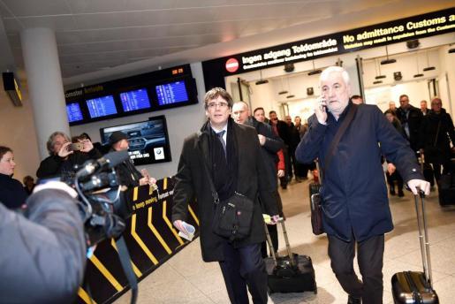 El expresidente catalán Carles Puigdemont (i) llega al aeropuerto de Copenhague procedente de Bruselas.