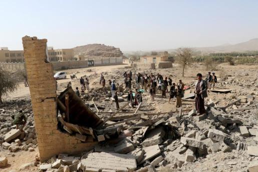 Varios vecinos, entre los cascotes dejados tras el bombardeo al edificio que albergaba una clínica, según las fuentes locales.