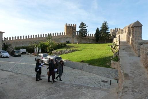 La juez visitólas murallas de Sant Salvador para determinar su titularidad.