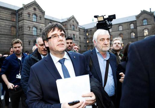 Un informe de los letrados del Parlament sostiene que la delegación de voto sería contraria al reglamento de la cámara catalana.