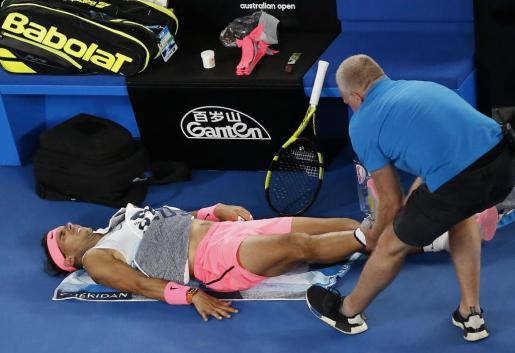 Rafael Nadal es atendido durante el partido contra el croata Cilic.