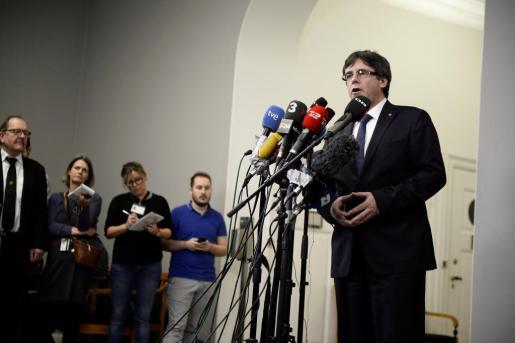 El expresidente de la Generalitat de Cataluña Carles Puigdemont (d) ofrece una rueda de prensa tras una reunión con diputados opositores daneses en el Parlamento.
