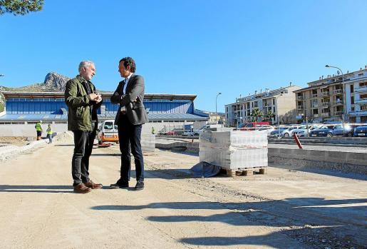 El alcalde de Pollença, Miquel Àngel March, y el conseller Marc Pons conversan en las obras de la estación.