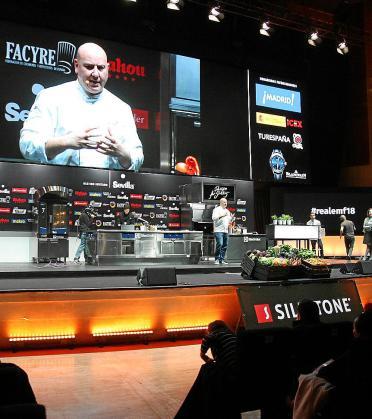 El chef mallorquín Tomeu Caldentey, de Bou, durante su ponencia sobre la cocina terminada en sala, en Madrid Fusión 2018.
