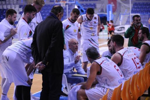 Félix Alonso dando instrucciones durante un encuentro.