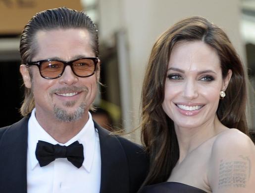 """El actor estadounidense Brad Pitt (i) y su esposa Angelina Jolie a su llegada a la proyección de la película """"The tree of life"""" (""""El árbol de la vida"""")."""