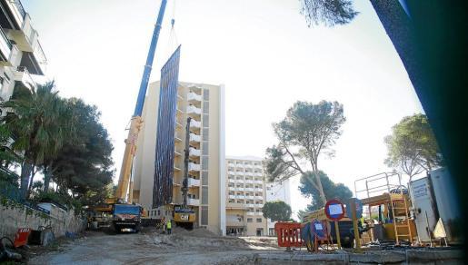La cadena Riu está derribando el Playa Park. La inversión superará los 32 millones, en la que se incluye el derribo y la construcción de un hotel nuevo en el solar.