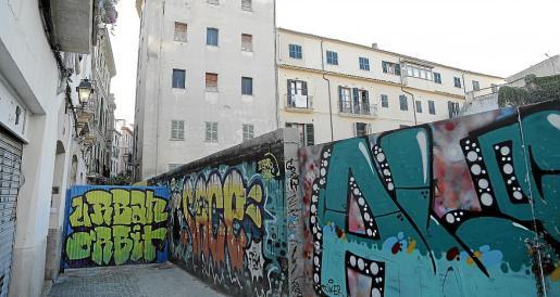 Imagen de la calle Sant Esperit, cortada desde hace cerca de un año.