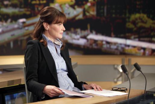 Carla Bruni-Sarkozy, durante una entrevista en la televisión francesa, donde puede verse su incipiente tripita.