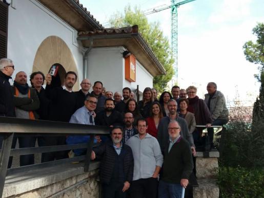 El equipo de RTVE se hace la última fotografía de recuerdo en la sede de General Riera.