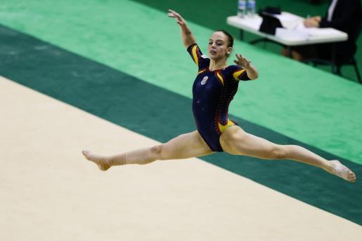 La española Claudia Colom participa hoy, domingo 17 de abril de 2016, en la prueba clasificatoria por equipo en el preolímpico de gimnasia artística en Río de Janeiro (Brasil).
