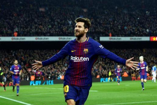 El delantero argentino del FC Barcelona Leo Messi celebra su gol, el segundo de su equipo frente al RCD Espanyol.