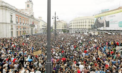 Miles de personas llenaron anoche la Puerta del Sol de Madrid y se iniciaron acampadas en cadena en varias ciudades españolas.