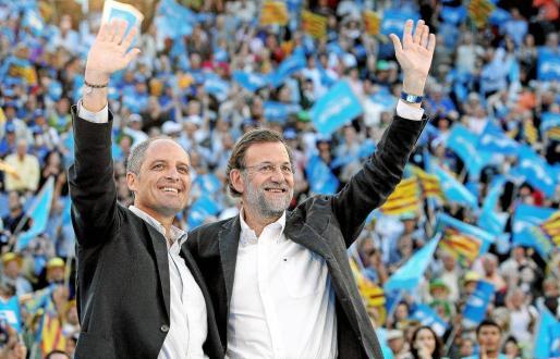 El presidente de la Generalitat Valenciana y el del PP saludan a los asistentes al mitin en la plaza de toros.