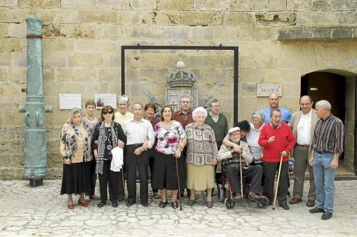 Enfermos de alzheimer y voluntarios, en el Castillo de San Carlos.