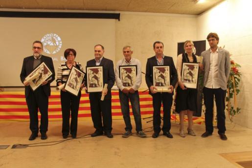 Los galardonados: Santiago Cortès, Joana Melis, Antoni Ferrer, Biel Majoral, Pere Móra y los hermanos Francesca y Antoni Colomer Llobera, hijos de Antoni Colomer Altimira.