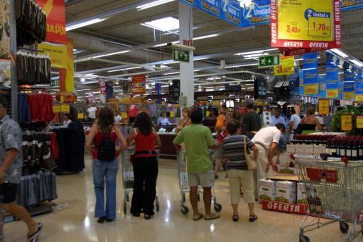 El descenso en el consumo de los hogares lastra el crecimiento del PIB.