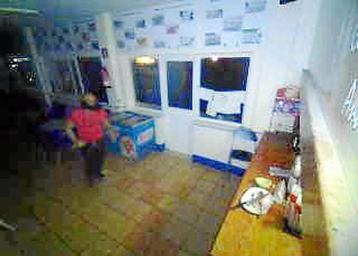 El ladrón fue captado por una cámara de seguridad.