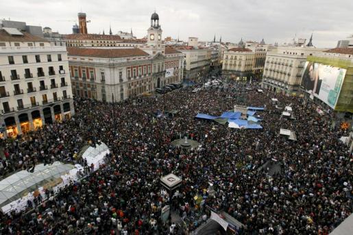 """Miles de integrantes del Movimiento 15 de mayo se han concentrado esta tarde en la Puerta del Sol, al grito de """"No pasarán"""", con la intención de resistir pacíficamente, mientras agentes de la Policía permanecen apostados en las calles colindantes."""