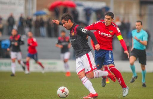 Fran Gámez disputa la pelota al mallorquinista Abdón Prats durante el partido disputado este domingo.