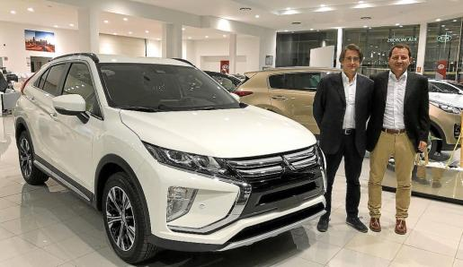 Pedro Terrassa y Mateo Pons junto al nuevo Mitsubishi Eclipse Cross, en la concesión del Polígono.