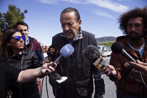 El exalcalde de Marbella Julián Muñoz rodeado de periodistas a la salida de la cárcel de Alhaurín de la Torre (Málaga) el pasado mes de abril.