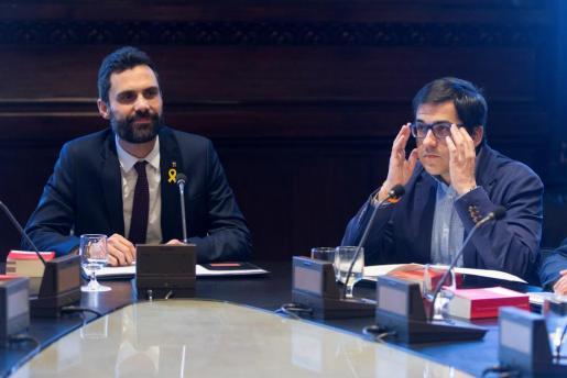 El presidente del Parlament, Roger Torrent (i), junto al vicepresidente segundo, José María Espejo-Saavedra (C's), durante la reunión de la Mesa.